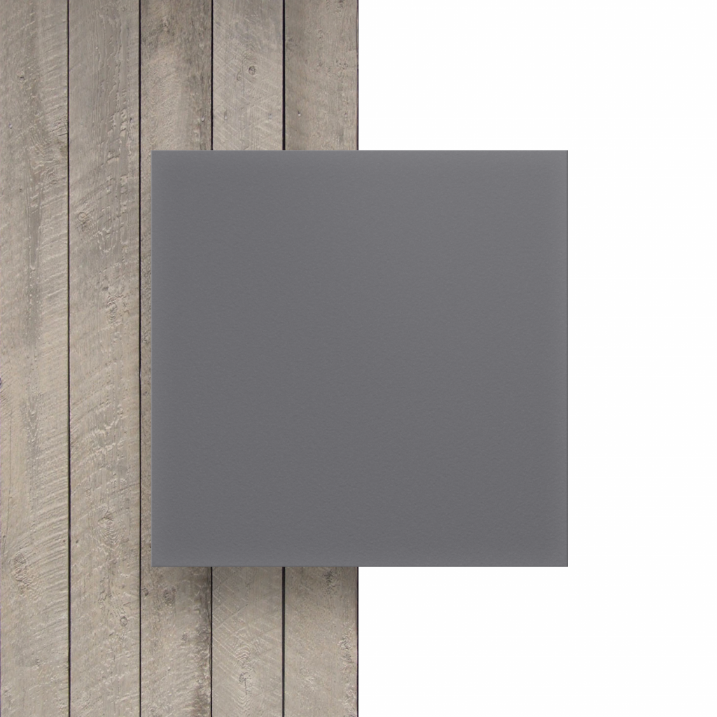 Plaque avec lettres gris devant